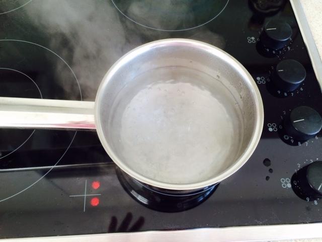 Hirviendo. Mi foto representa el proceso físico de la evaporación: cuando el agua adquiere la energía suficiente a través del calor pasa del estado líquido al estado gaseoso a través de este proceso llamado evaporación. A mayor temperatura, más rápido es el proceso.