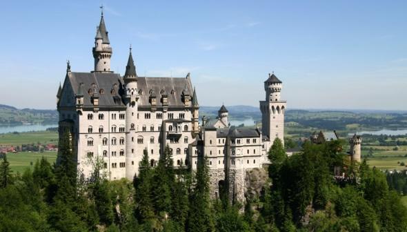 6. Un castillo rodeado de naturaleza