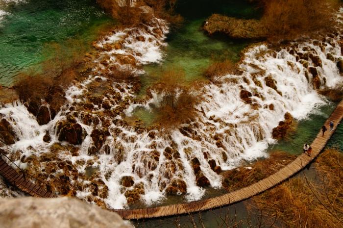 La fuerza del agua. (Parque Nacional de los Lagos de Plitvice. Croacia) Patrimonio de la Humanidad de la Unesco desde 1979. El agua caprichosa ha conformado un paraje formado por 16 lagos que se comunican por 92 cataratas  y cascadas. La ciencia nos explica cómo, pero no por qué. No es necesario más argumento para conservar la naturaleza que la belleza que nos regala.
