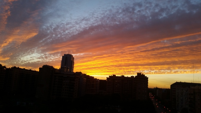 CREPPÚSCULO VESPERTINO: Esta foto la hice yo desde el balcón de mi casa la verdad es que me impresiono como estaba el cielo así que decidí hacerle una foto y esta es. Trata sobre el Ocaso : el ocaso es el momento en el que el sol atraviesa la línea del horizonte y por lo tanto desaparece de nuestra vista. El ocaso se produce por el movimiento de rotación que realiza nuestro planeta este desplazamiento hace que el sol quede debajo del horizonte y que dejemos de verlo. El ocaso por lo tanto , supone el final del día y el comienzo de la noche. Cuando se produce el ocaso todavía observamos cierta luminosidad se denomina: CREPÚSCULO VESPERTINO. El concepto ocaso también se denomina: el descenso, el retroceso o el final de algo.