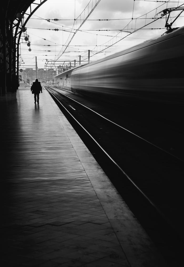 E=mc2: ¿Te imaginas que, por un momento, el tiempo fuera más despacio, pero tú no fueras consciente de ello? Entonces, para ti, todo lo demás iría mucho más rápido, ¿no? Espacio y tiempo son manifestaciones parciales de la realidad. No tienen entidad absoluta e independiente. El movimiento de los objetos depende de la velocidad y posición de quien los observa. Nada en el Universo tiene una velocidad ni una posición absoluta. Nada es absoluto, todo es relativo, excepto la luz.