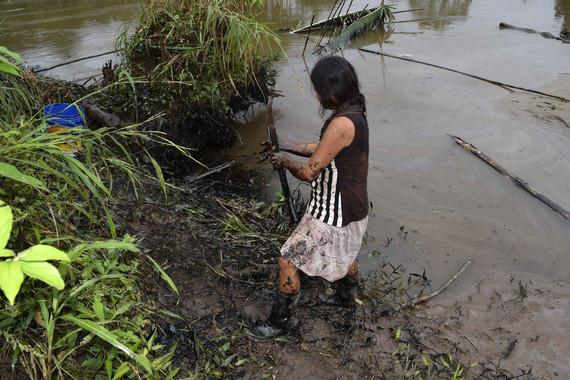 PERÚ MEDIOAMBIENTE:LIM02. CHIRIACO (PERÚ), 14/02/2016.- Pobladores limpian un derrame de petróleo este martes, 9 de febrero de 2016, en el municipio de Chiriaco, en la región de Amazonas (Perú). Unas 250 personas trabajan en las tareas de limpieza del área afectada por un derrame de petróleo en la Amazonía de Perú, informó a Efe una organización indígena de la región hoy, domingo 14 de febrero de 2016. EFE/Onias Flores